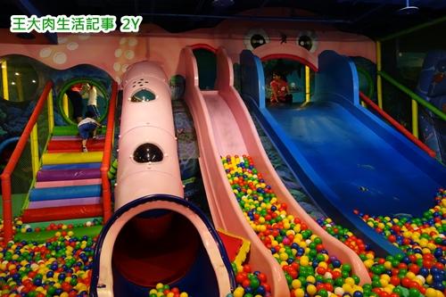海洋奇幻球池,每个堡都有这样的溜滑梯球池,光这个小子就玩了一个小时