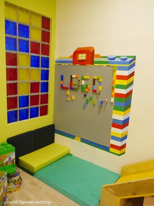 这个积木墙也是小朋友发挥无限创意的好地方