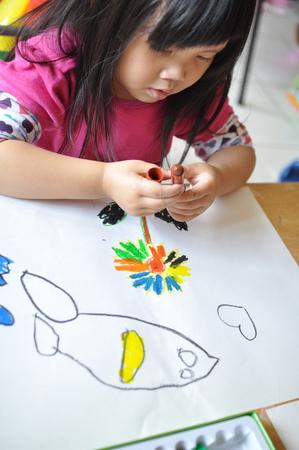 显色的蜡笔画起来的小花是不是很美