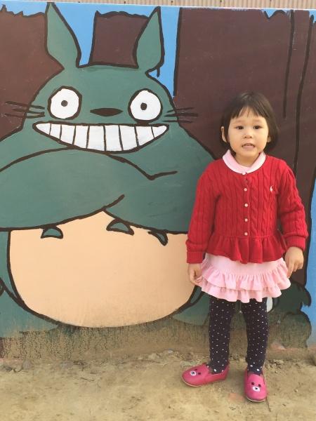 还有龇牙咧嘴的龙猫,对~小姑娘在学他的样子.
