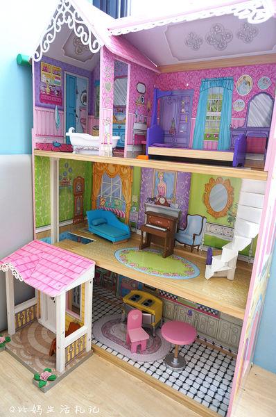 这芭比娃娃的洋房是由质料较好的硬纸板去裁切制作,屋内摆设图案绘制