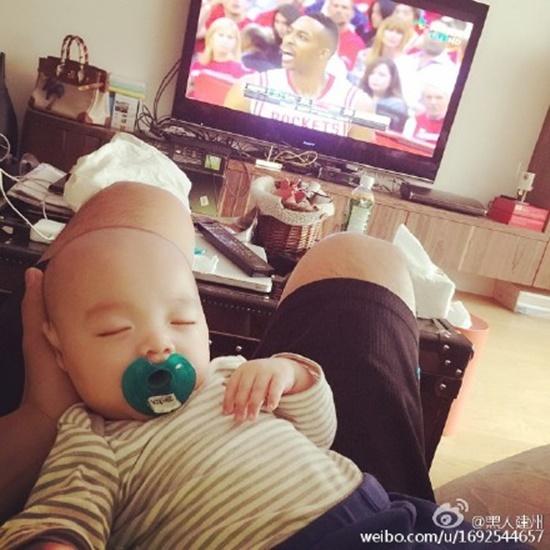 妞快报:猜猜宝宝笑容像哪个贴图?「黑人」双胞胎可爱!